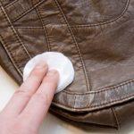 Como limpar bolsa de couro manchada de caneta?
