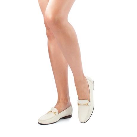 mulher usando calçado mocassim