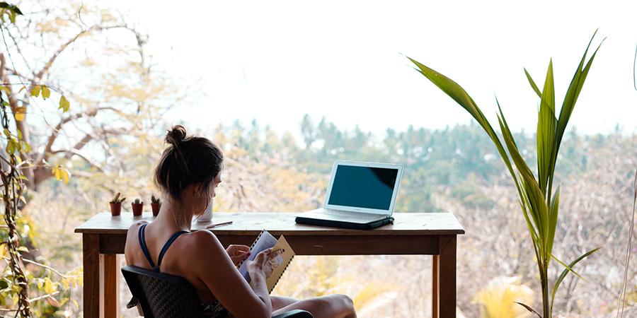 pessoa lendo um livro em um local calmo
