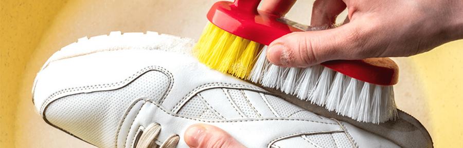 pessoa limpando calçado