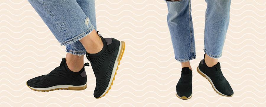 imagem mostrando detalhe das pernas de uma mulher vestindo calça jeans com tenis preto