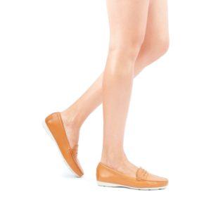 imagem de uma mulhere usando calçados de couro